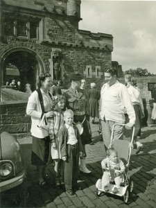 1955-aug-helen-pam-don-dv-and-john-lents-at-edinburgh-castle-in-scotland